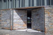 Porte à 2 vantaux EXEL habillage pierre