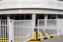Portail à 2 vantaux barreaudés EXEL, habillage au nu extérieur de la facade