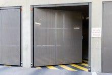 Porte-pivotante-1-vantail-EXEL-habillage-tôle-perforée